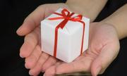 Bạn gái nhận quà tặng đắt tiền từ người con trai khác