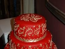 Bánh cưới màu đỏ 3 tầng hoa văn vàng ánh kim