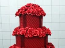 Bánh cưới màu đỏ trang trí hoa đỏ đẹp mắt