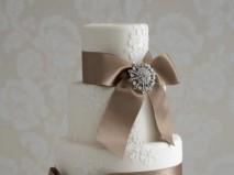 Bánh cưới màu trắng trang trí ruy băng nâu