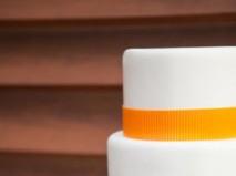 Bánh cưới trắng trang trí viền cam nổi bật
