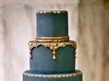 Bánh cưới xanh nhiều tầng với họa tiết màu vàng độc đáo
