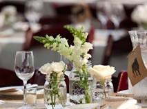 Hoa trang trí tiệc cưới thanh nhã kết hợp phong lan và hồng trắng