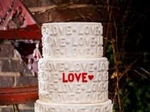 Bánh cưới màu trắng chữ nổi lạ mắt và hiện đại - Marry