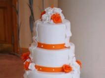 Bánh cưới trắng 5 tầng trang trí sắc cam độc đáo - Marry