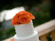 Bánh cưới trắng trang trí hoa màu cam nổi bật - Marry