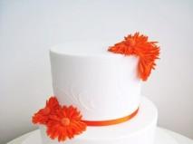 Bánh cưới trắng trang trí hoa màu cam tinh tế - Marry