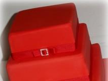 Bánh cưới vuông đỏ 3 tầng dây nơ đơn giản. - Marry