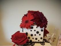 Bánh cưới vuông nhấn bằng những bông hoa đỏ - Marry