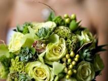 Hoa cưới cầm tay kết từ hoa hồng, sen đá, địa lan, chuỗi ngọc