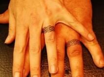 Kiểu nhẫn cưới hình xăm với họa tiết đan cài - Marry