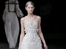 Váy cưới chữ A với chân váy kết ren và tua rua - Marry
