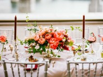 Hoa trang trí bàn tiệc màu cam kết từ mẫu đơn và garden rose