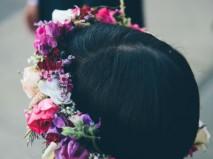 Tóc cô dâu ngắn đội vòng hoa đầy màu sắc