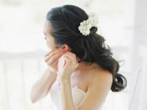 Tóc cô dâu uốn gợn nhẹ kết hợp cài hoa trắng