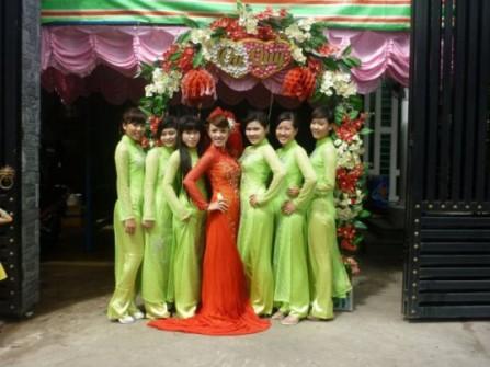 Áo dài bưng quả Lê Trang